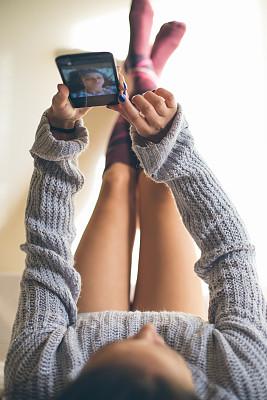 青年女人,床,自拍,摹嬉士,棉被,垂直画幅,早晨,仅成年人,长发,头发