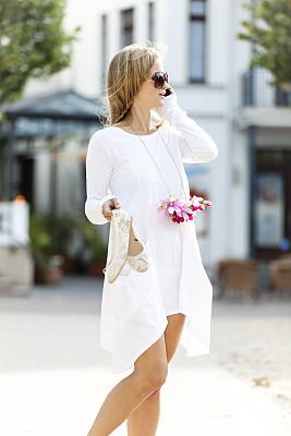 街道,女人,垂直画幅,夏天,仅成年人,明亮,长发,现代,青年人