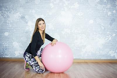 健身球,斜靠,健身房,正面视角,美,健身设备,留白,水平画幅,注视镜头