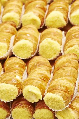奶油甜馅煎饼卷,奶酥,垂直画幅,无人,不健康食物,奶油,烘焙糕点,熟食店,小吃,甜点心