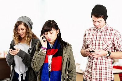 青少年,手机,在线消息,选择对焦,水平画幅,电话机,计算机软件,人群,男性,青年人