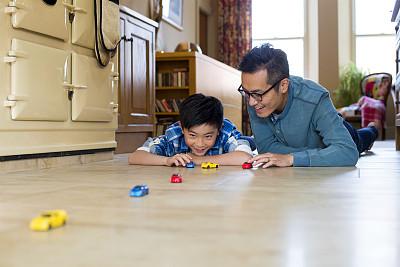进行中,父子,玩具车,正面视角,休闲活动,水平画幅,黑发,家庭生活,独生子女家庭,周末活动