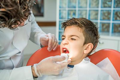 男孩,医疗流程,口腔卫生,牙龈,儿童牙科,牙医椅,乳胶,外科手套,牙科诊所,水平画幅