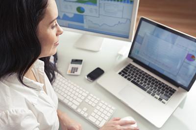 书桌,女商人,显示器,仅成年人,网上冲浪,青年人,技术,休闲正装,计算机,远程工作