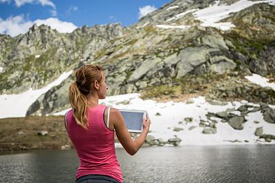 女人,自然,平板电脑,提契诺州,留白,休闲活动,雪,旅行者,夏天,湖