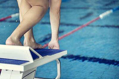 游泳起跑架,青年人,起跑架,选择对焦,水,水平画幅,游泳池,人类肌肉,职业运动员,运动员