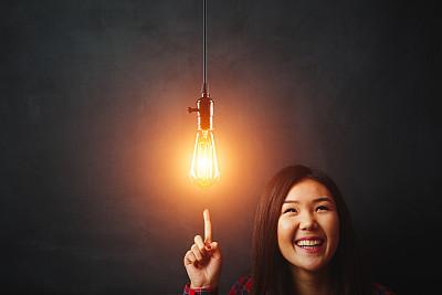 电灯泡,女人,黑板,青年人,亚洲,想法,商务策略,灵感,水平画幅,理论设计标签