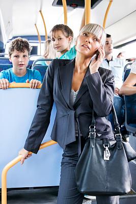 女商人,手机,长途车,垂直画幅,30到39岁,通勤者,交通方式,白人,商业金融和工业,技术