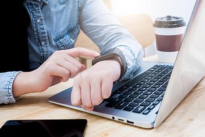 智能手表,青年女人,办公室,笔记本电脑,水平画幅,电话机,电子商务,男商人,经理,咖啡