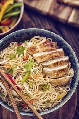 鸡肉,面条,鸡肉面条汤,炒面,鸡汤,日本拉面,面汤,垂直画幅,胡萝卜,葱