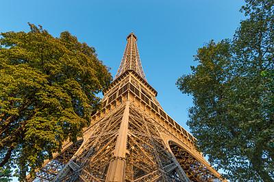 埃菲尔铁塔,正下方视角,居斯塔夫·埃菲尔,战神玛尔斯公园,纪念碑,天空,夏天,金属,明亮,国际著名景点