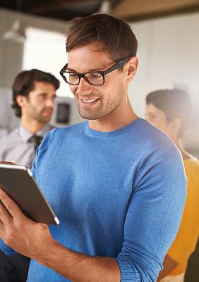 电子邮件,灵感,垂直画幅,留白,半身像,忙碌,男性,仅成年人,眼镜,青年人