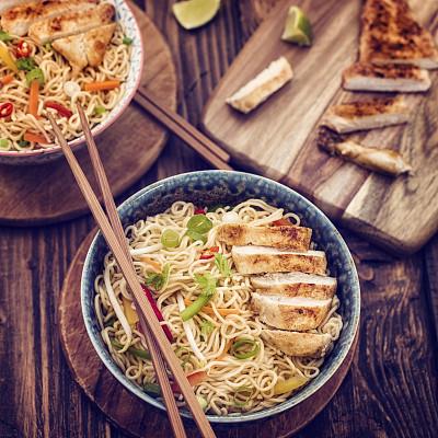 鸡肉,面条,鸡肉面条汤,炒面,鸡汤,日本拉面,面汤,胡萝卜,葱,无人