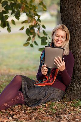 平板电脑,垂直画幅,仅成年人,自由,网上冲浪,知识,青年人,技术,触控板,计算机