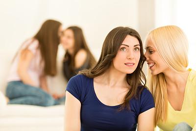 女孩,小团体,青少年,青春期,休闲活动,水平画幅,电话机,女朋友,人群,残酷的