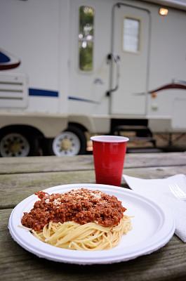 意大利细面条,晚餐,纸碟,拖车场,露营车,野餐桌,拖车,番茄沙司,一次性杯子,垂直画幅