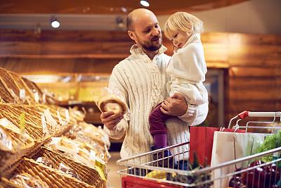 学龄前,顾客,购物车,男性,面包,青年人,单亲父亲,休闲正装,青年男人,女婴