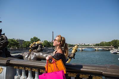 旅行者,巴黎,亚历山大三世桥,礼品袋,塞纳河,夏天,仅成年人,青年人,国际著名景点,著名景点