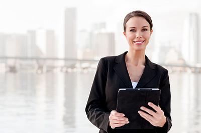 迈阿密,女商人,城市天际线,比斯坎湾海湾,水平画幅,户外,白人,仅成年人,青年人,商业金融和工业