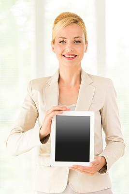 女商人,平板电脑,垂直画幅,30到39岁,留白,注视镜头,仅成年人,技术,计算机,公司企业