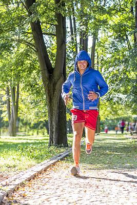 慢跑,铁人三项,运动短裤,垂直画幅,留白,休闲活动,健康,夏天,男性,仅男人