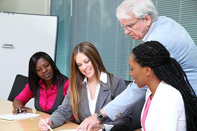 商务会议,30到39岁,水平画幅,人群,30岁到34岁,白人,非裔美国人,中等数量人群,男商人,经理