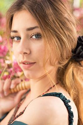 海棠,注视镜头,自然美,少女,发夹子,仅一个少女,苹果花,16岁到17岁,仅少女,垂直画幅