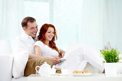 美,笔记本电脑,休闲活动,水平画幅,美人,伴侣,白人,仅成年人,人际关系,沙发