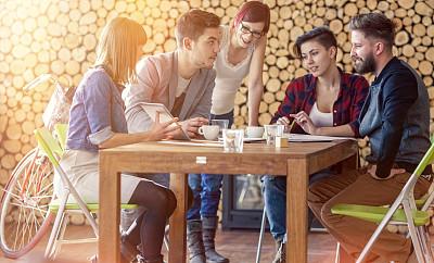 青年人,设计师,人群,五个人,小办公室,少量人群,新创企业,仅成年人,想法,技术