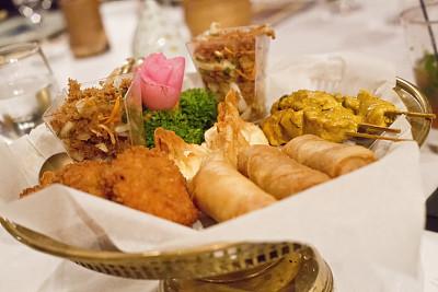 泰国,餐盘,鸡肉沙嗲,天麸罗,饺子,图像聚焦技术,选择对焦,水平画幅,无人,春卷