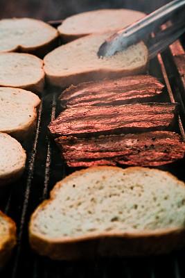 格子烤肉,烟,熏猪肉,面包,切片食物,意式培根,烧烤猪肉,克洛斯蒂尼面包,烤串,垂直画幅