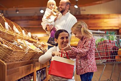 面包店,家庭,学龄前,顾客,男性,面包,青年人,休闲正装,青年男人,女婴