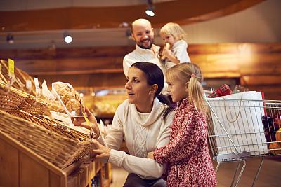 面包店,家庭,学龄前,顾客,男性,面包,青年人,休闲正装,青年男人,双亲家庭