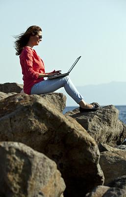 使用手提电脑,码头,青年女人,垂直画幅,美,笔记本电脑,电子邮件,美人,户外,白领