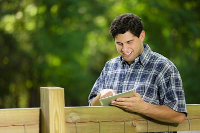 男人,公园,户外,使用平板电脑,拉丁文,半身像,休闲活动,电子邮件,夏天,男性