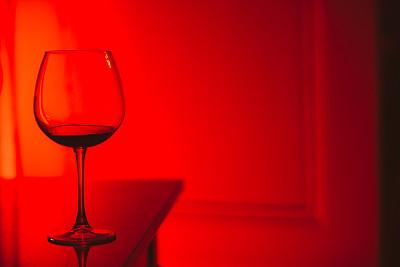 红葡萄酒,玻璃杯,红色背景,留白,水平画幅,夜晚,波尔多,无人,含酒精饮料,饮料