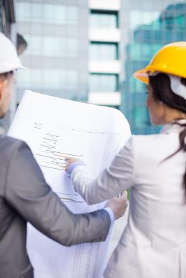 建筑师,垂直画幅,男商人,安全帽,男性,仅成年人,明亮,白领,建筑业,青年人