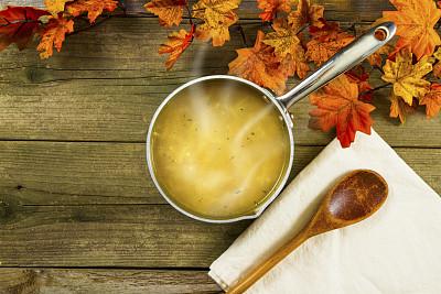 鸡肉面条汤,秋天,叶子,热,炖锅,留白,主食,水平画幅,高视角,木制