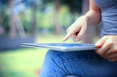 拿着,女性,药丸,青少年,草,青年人,技术,商务,女人,便携式信息设备