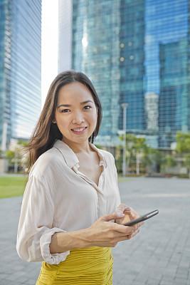 青年人,商务人士,新加坡市,垂直画幅,选择对焦,新加坡,秘书,户外,仅成年人,前景聚焦