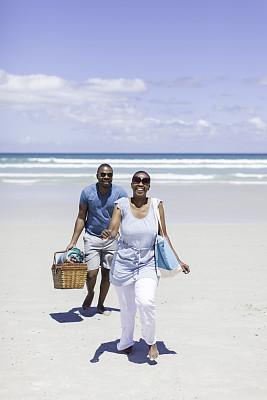 伴侣,海滩,非洲,垂直画幅,手牵手,夏天,周末活动,户外,篮子,男性
