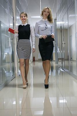 女人,两个人,走廊,t形台,垂直画幅,四肢,腿,经理,仅成年人,青年人