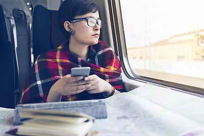 火车,青年女人,透过其它物体观看,新的,透过窗户往外看,旅行者,不看镜头,仅成年人,眼镜,明亮