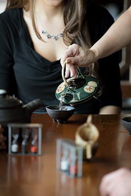 茶,上菜,商务餐,垂直画幅,留白,侍者,服务业职位,饮料,商务