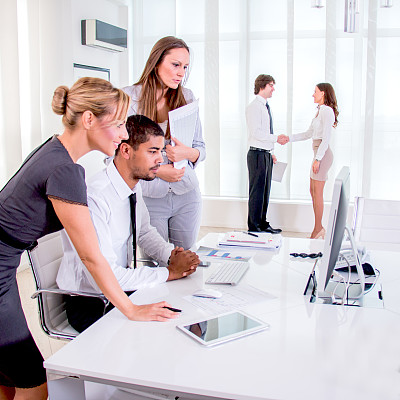 商务人士,领导能力,电子邮件,男商人,男性,信心,技术,会议室,计算机,公司企业