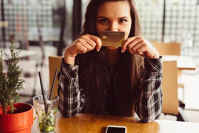信用卡,女孩,相机,信用卡购物,少女,移动支付,青少年,客房预订,青年人,拿着