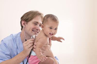 儿科医师,婴儿,男护士,6到11个月,呼吸运动,制服,男性,专业人员,信心,后背