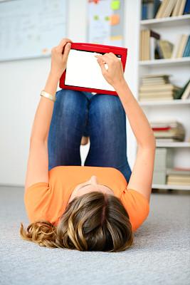 女人,平板电脑,垂直画幅,休闲活动,家庭生活,地毯,30岁到34岁,仅成年人,长发,网上冲浪