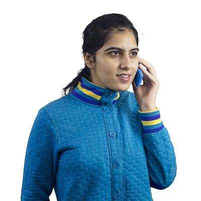 手机,青年女人,巴基斯坦人,正面视角,留白,印度人,不看镜头,仅成年人,印度次大陆人,现代