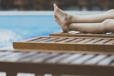 足,水,留白,休闲活动,水平画幅,椅子,游泳池,仅成年人,青年人,仅一个青年女人